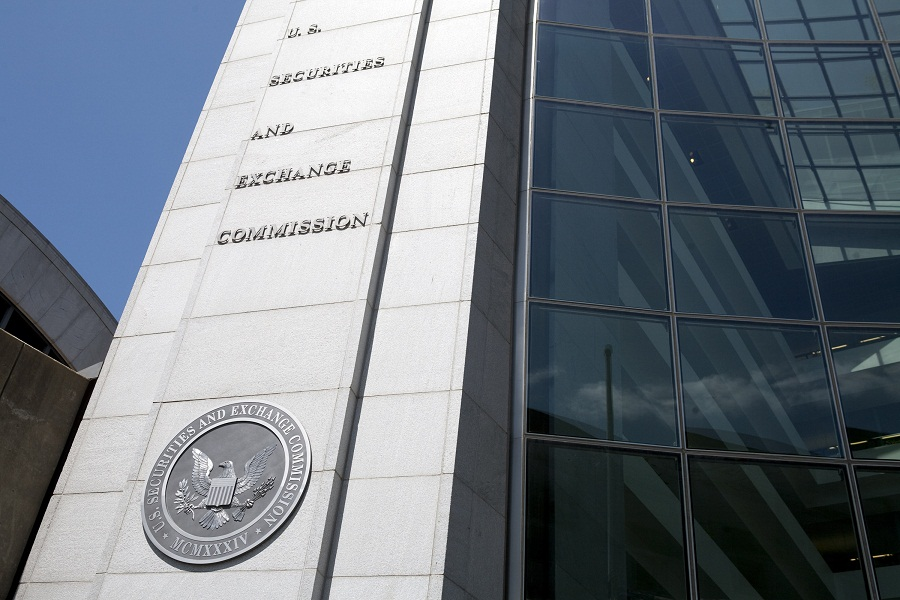 SEC approves rule limiting use of derivatives in funds