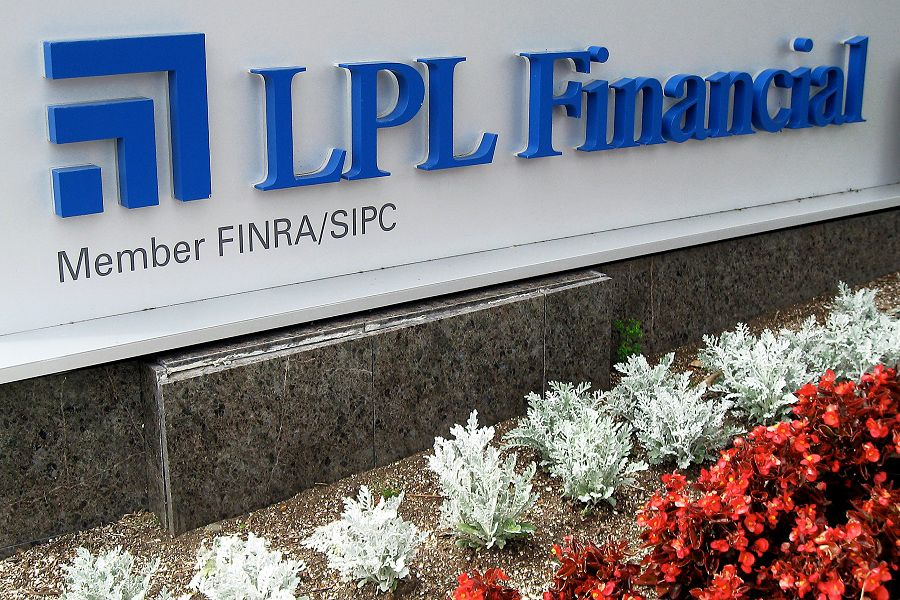 What's LPL's recruiting deal for employee advisers?